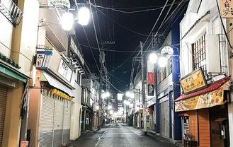 静寂に包まれた小田原駅前東通り商店街(1月12日午後8時半撮影)