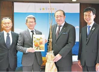 治郎柿の苗を手渡す太田町長(左から2番目)