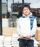 事業者用米を店頭で販売する志村店長