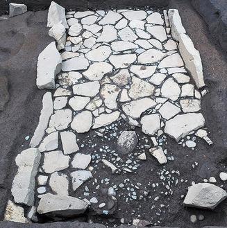 発見された庭園跡とみられる遺構(小田原市提供)