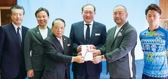 奥村監督に目録を手渡す蓑宮さん(左から3番目)