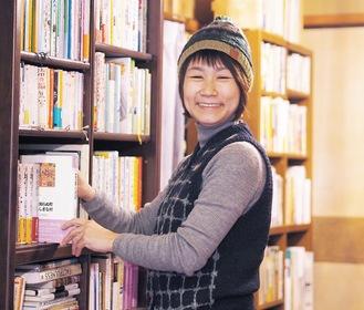 古本を集め、開店準備をする広田さん