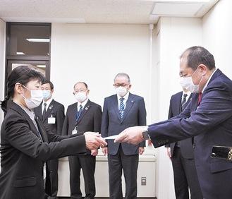 係長事務取扱に就任した林副課長(左)に辞令を手渡す守屋市長
