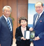 CDを手渡す市川さん(中央)と杉山市議(左)