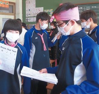 ピンクの布を身に付けた生徒たち(千代中学校提供)