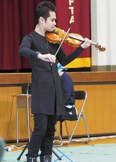 小田原市内の中学校でTSUNAMIバイオリンを演奏する式町さん(過去)