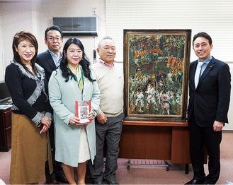 絵画を受け取る松本町長(右)