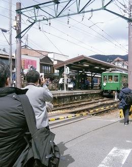 車両を撮影する鉄道ファンら