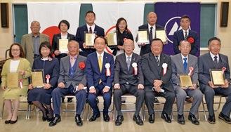 本人や代理人が出席した表彰式
