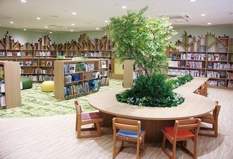こども書架のエリアには、樹木のオブジェを囲むように閲覧席を配置