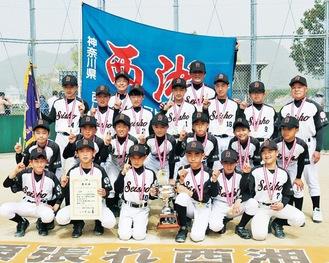優勝を喜ぶ西湘の選手と指導者たち