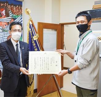 多田部長(左)と賞状を受け取る時村教諭