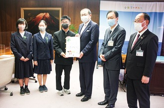 3 students, Odawara mayor(center) and the chairman of the hospital(second person from right)