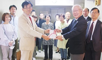 同協会の武藤会長(左から3人目)と加藤会長(右から3人目)