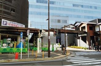 ミナカ小田原の木造棟(右)とUMECOをつなぐ歩道橋の橋げたが姿を現した(2021年4月19日撮影)