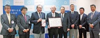 守屋市長(左から3人目)から感謝状を受け取った杉崎理事長(同4人目)