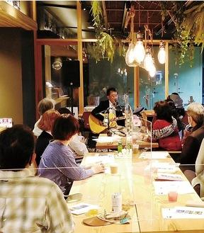 アコースティックの優しいメロディーに聴き入る観客