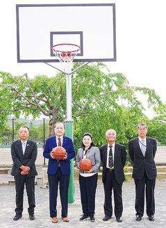 新たなバスケゴールの前で贈呈式が行われた