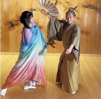 京都の稽古場に立つ尾崎さん(左)と千三郎さん(尾崎さん提供)