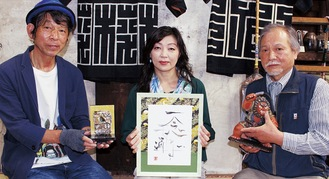 作品を紹介する植木さん(左)と多田さん(中央)、府川さん