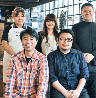 高橋会長(前列右)と野田副会長(同左)と、役員のメンバー