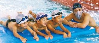 バタ足を練習する子どもたち(昨年の様子)