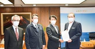 守屋市長に要望書を渡した曽我支部長(左から3番目)