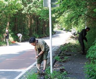 道路沿いの清掃に励む参加者