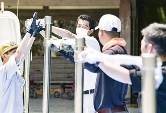 鉄棒設置作業の様子(写真中央が伊藤さん)