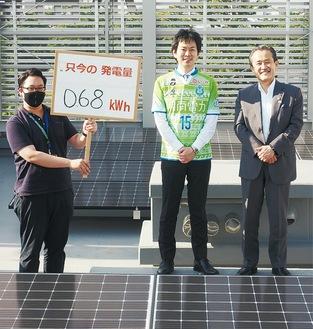 会館屋上に立つ鈴木会頭(右)と原社長(中央)