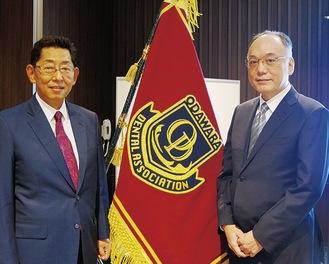 河野前会長(左)と安西新会長