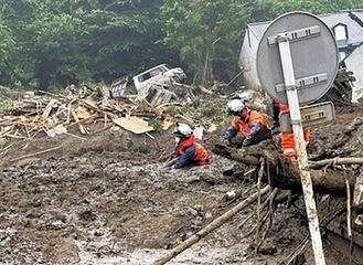 泥に浸かりながらの捜索も行われた(市消防本部提供)