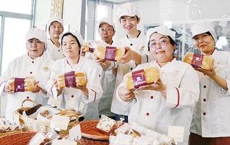 人気食パン「極」を手に笑顔のスタッフたち