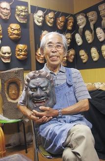 展示する作品「不動」を手にする吉田さん
