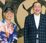 富野さん(左)と守屋輝彦小田原市長