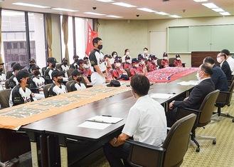 守屋市長に報告する「西湘」の高橋貴博監督