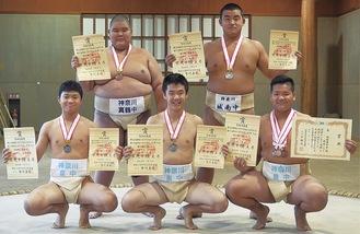 前列右から高原さん、松崎さん、猪野さん、後列右から米田さん、青木さん