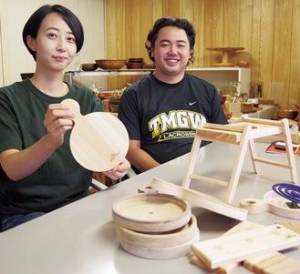 製造企画担当の薗部さん(右)とデザイナーの中野さん。新商品はきまつり会場のみで数量限定販売。価格は1200円〜(予定)。