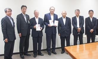 原田組合長(右から3人目)、守屋市長(中央)、市社協の小野康夫会長(左から3人目)