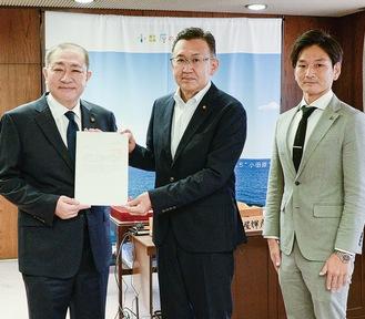 リーダーの宮原市議(右)と大川裕議長(中央)、守屋市長