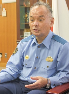 防犯や交通安全について語る野崎署長