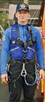 山岳救助用の装備を付ける高野駐在員