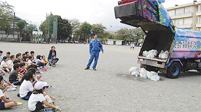 ゴミ収集車が実演