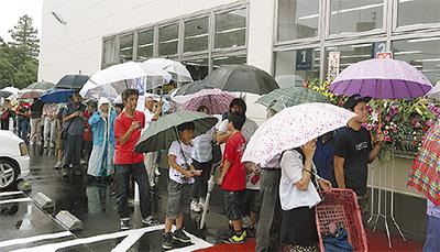 雨が降る中400人