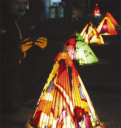 祭を締めくくる番傘の光