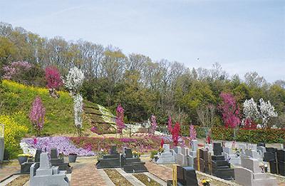 花々に囲まれた霊園