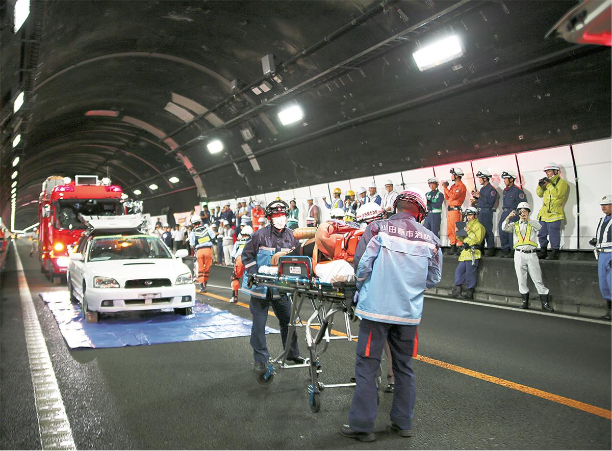 トンネル火災事故を想定 山北の東名高速で訓練