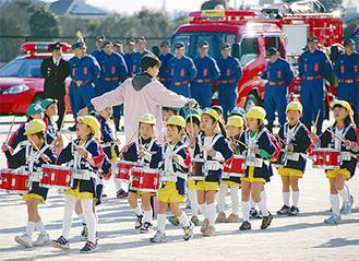 幼年消防クラブによるマーチング
