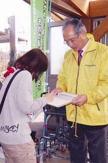 JA朝ドレファ〜ミ♪の店頭で署名を呼びかける吉田組合長(右)