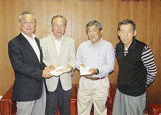 間宮町長に目録を渡す実行委員ら